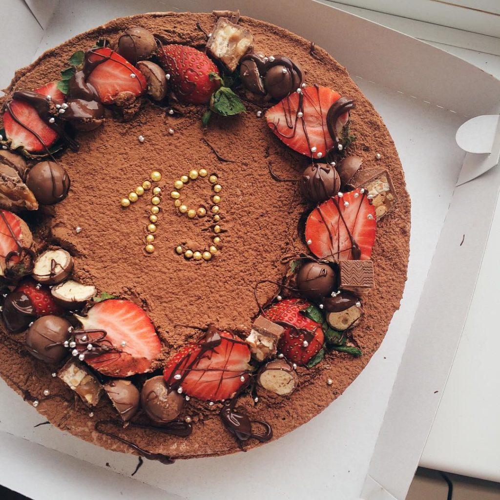 Чем писать на торте в домашних условиях - посыпками - фото