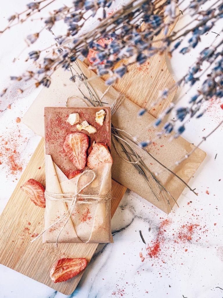 Как украсить шоколад ручной работы - использовать краситель - фото