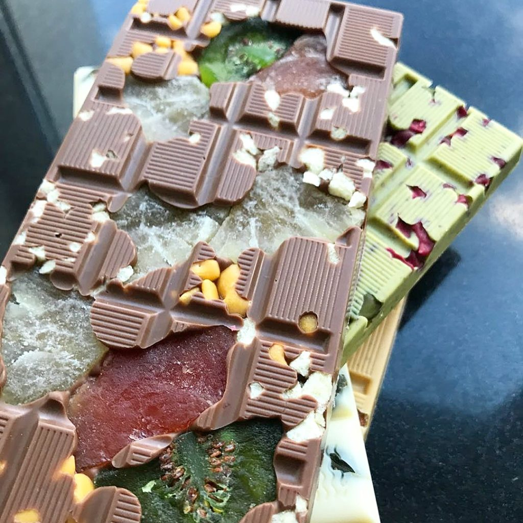 Как украсить шоколад ручной работы - добавить ягоды и фрукты - фото
