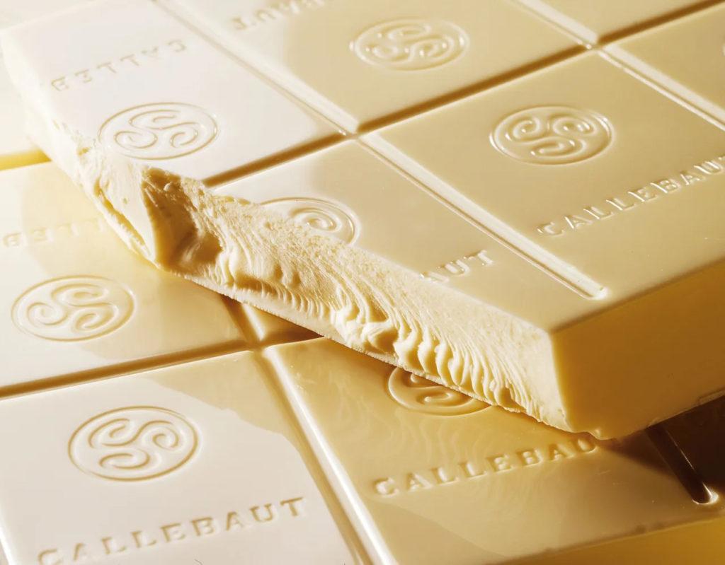 Какой шоколад лучше для украшения торта - белый шоколад - фото