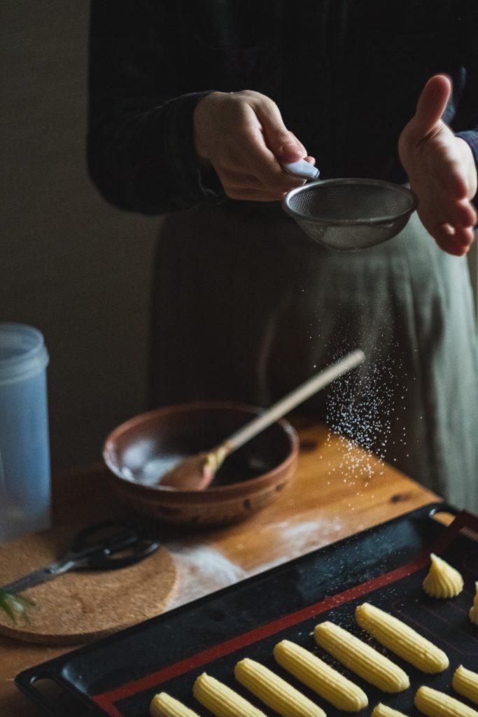 Почему оседают эклеры в духовке - консистенция теста - фото