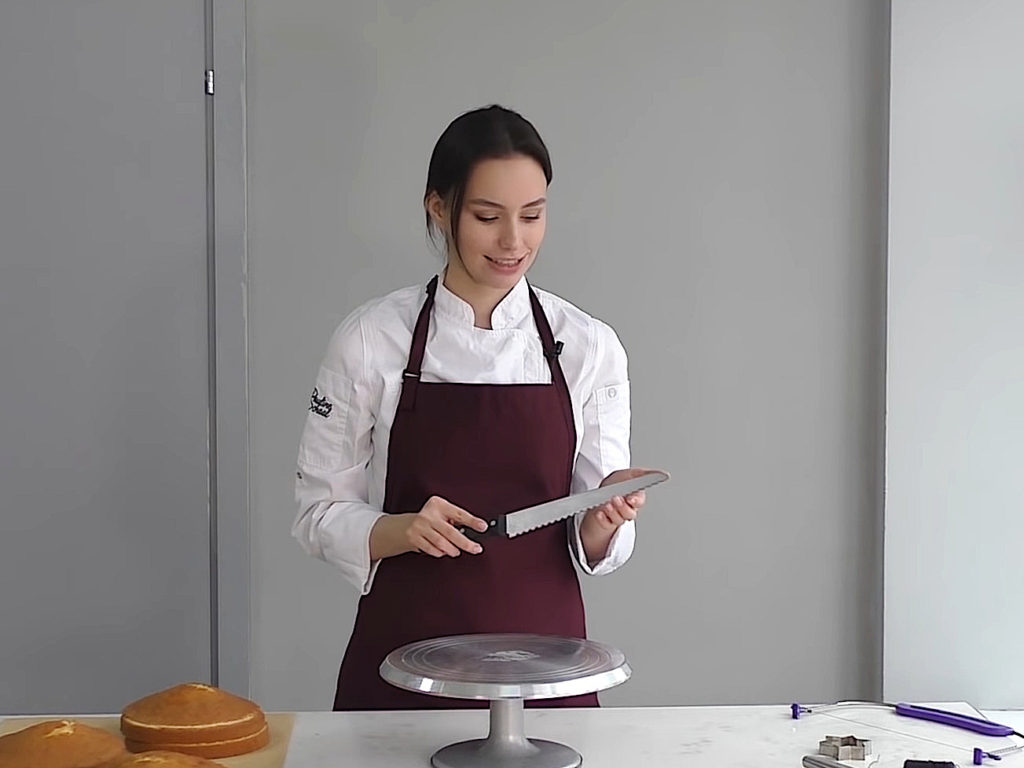 Как ровно разрезать бисквит на коржи ножом - фото