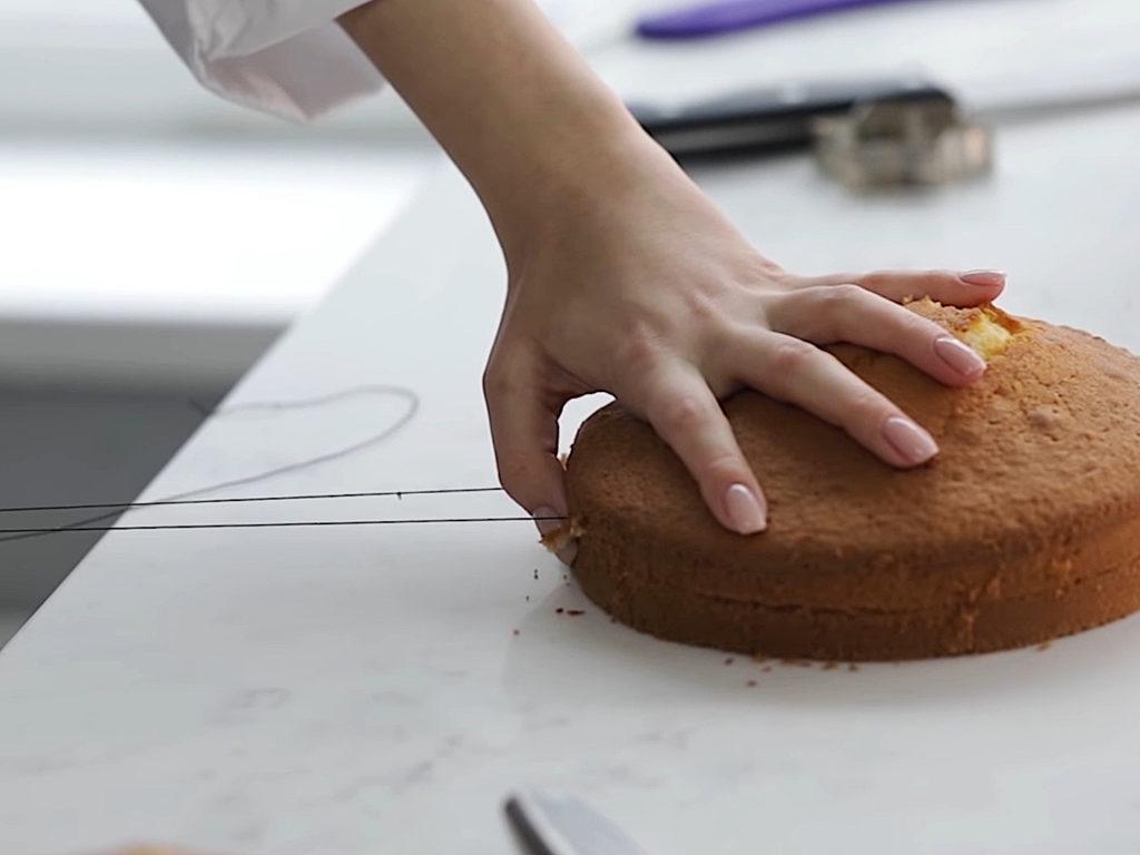 Как ровно разрезать бисквит на коржи ниткой - 5 этап - фото