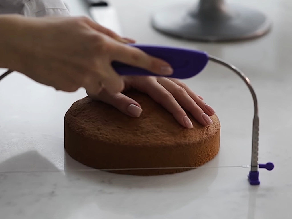 Как ровно разрезать бисквит на коржи струной - 3 этап - фото