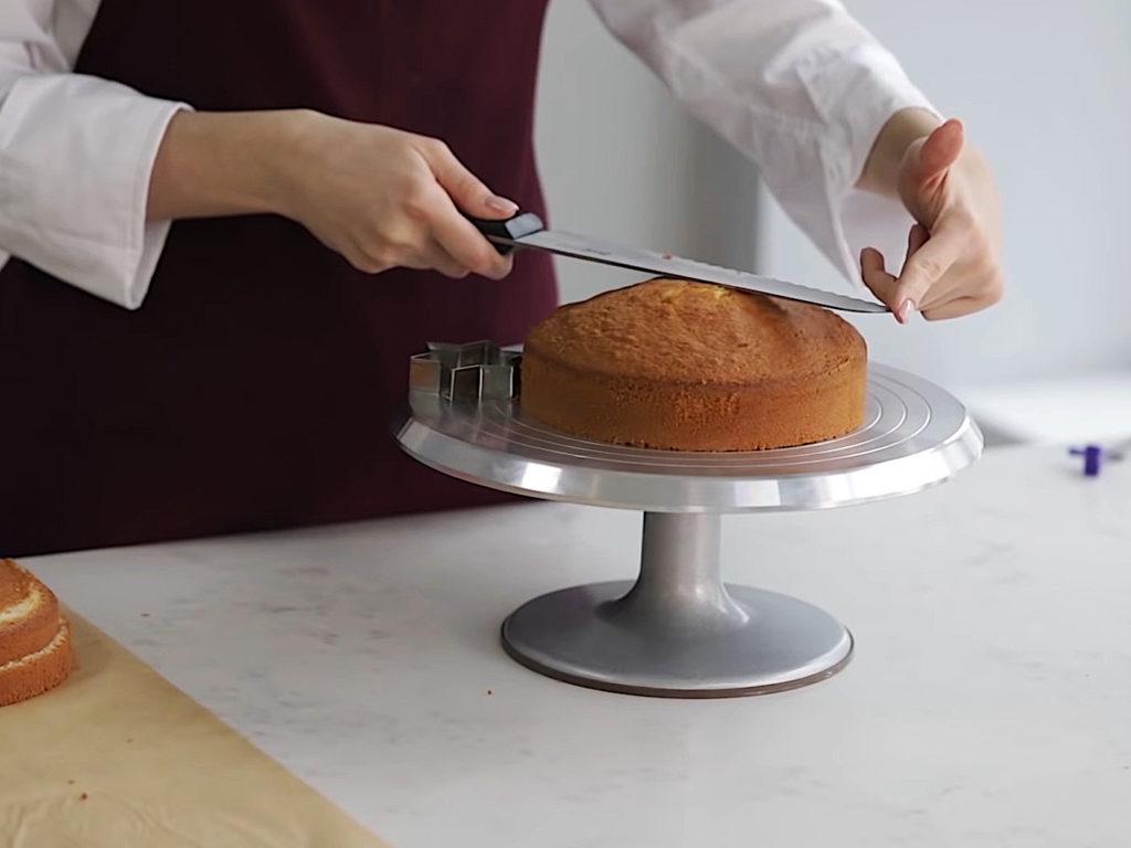 Как ровно разрезать бисквит на коржи ножом - 1 этап - фото