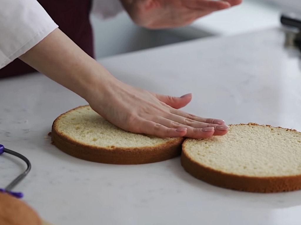 Как ровно разрезать бисквит на коржи струной - фото