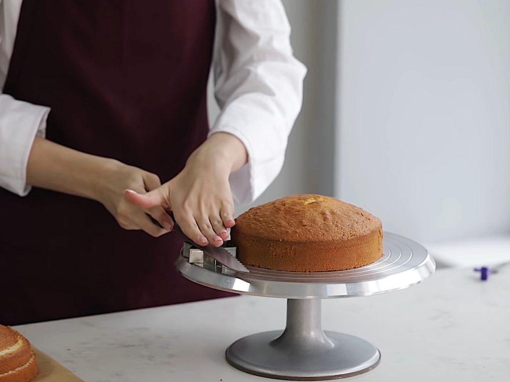 Как ровно разрезать бисквит на коржи ножом - 2 этап - фото