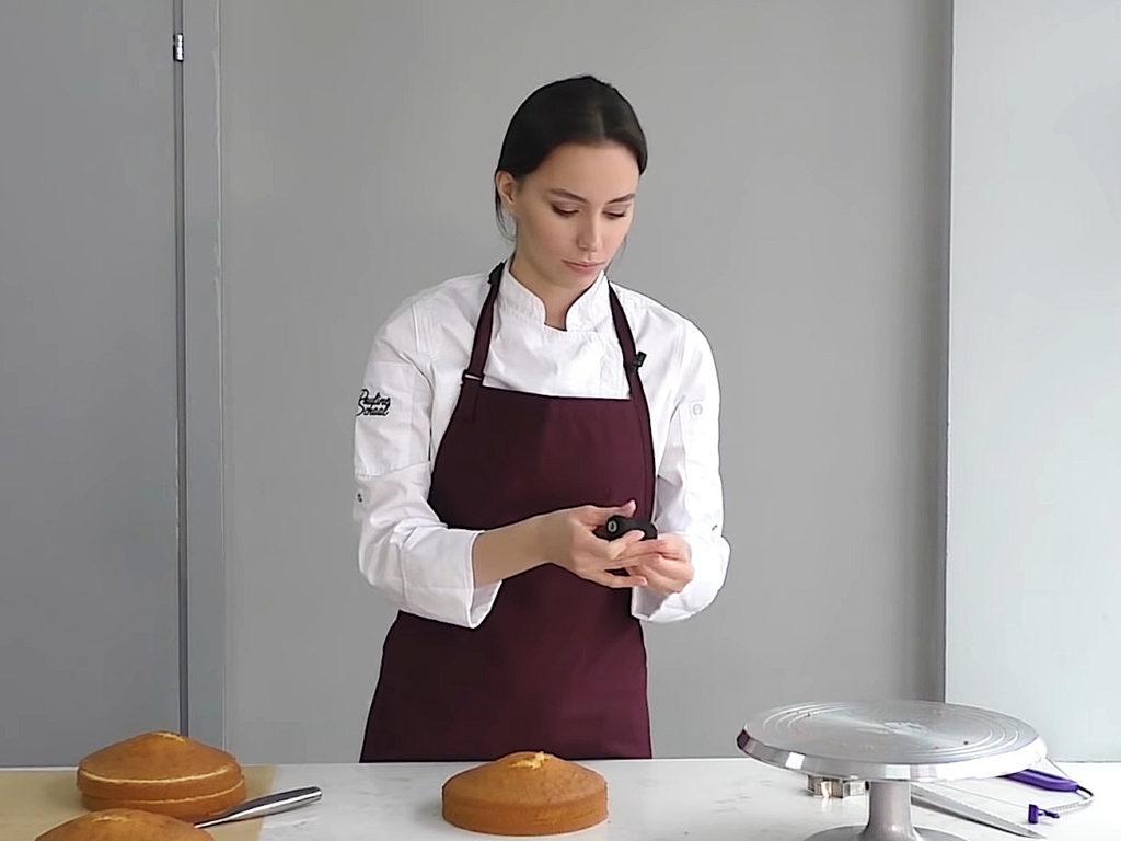 Как ровно разрезать бисквит на коржи ниткой - фото