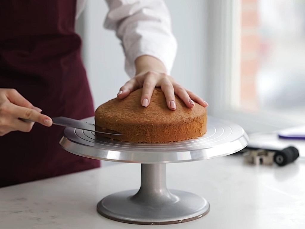 Как ровно разрезать бисквит на коржи ниткой - 1 этап - фото