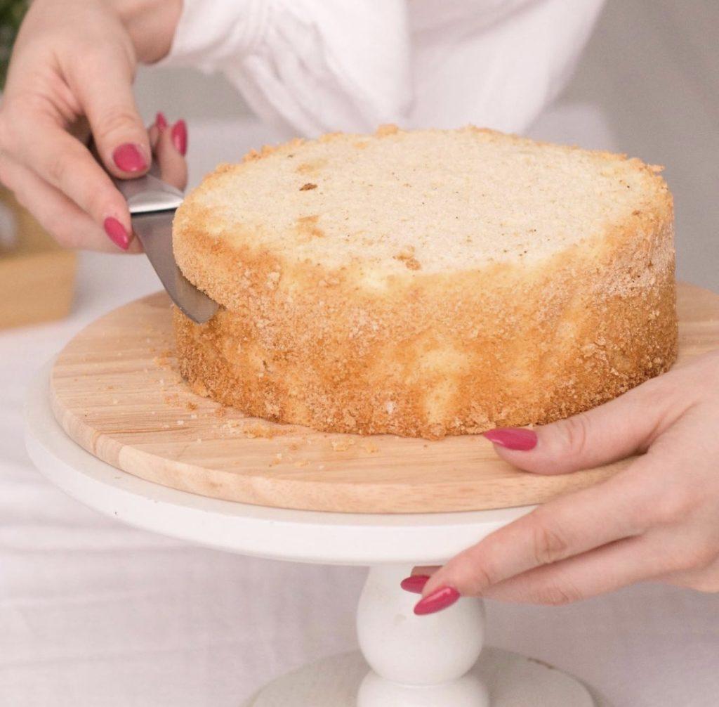 При какой температуре выпекать бисквит - фото
