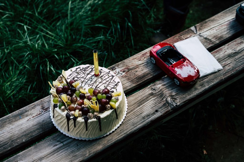 Как правильно провезти торт в машине - фото