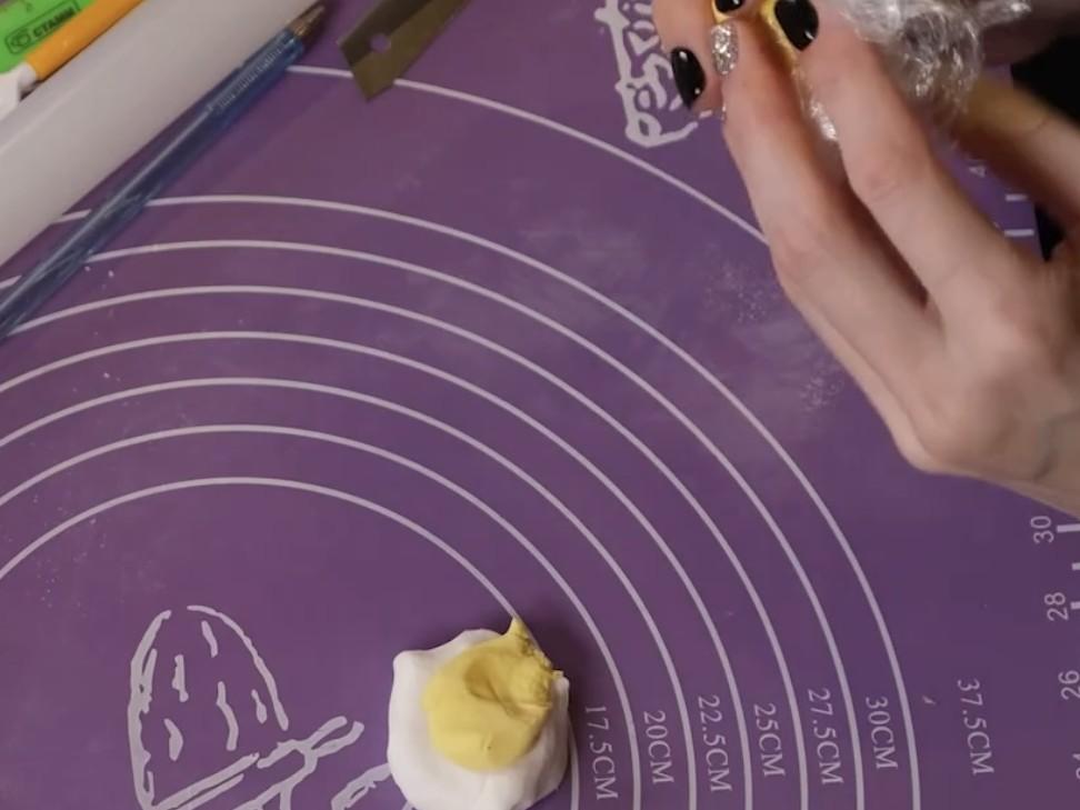 Как окрасить мастику гелевыми красителями - этап 2 - фото