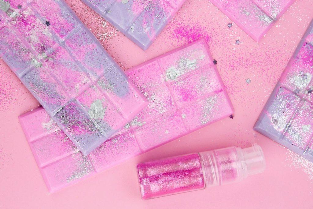 Примеры как окрасить шоколад - розовый и фиолетовый - фото