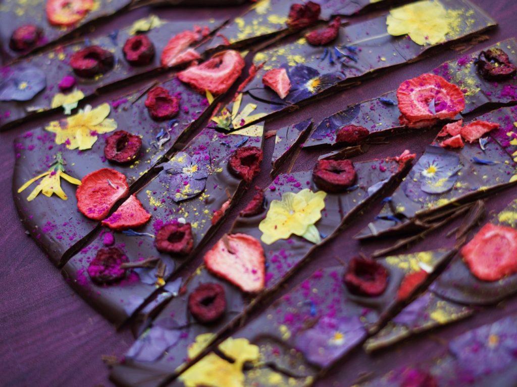 Примеры как окрасить шоколад - настоящие цветы и ягоды - фото