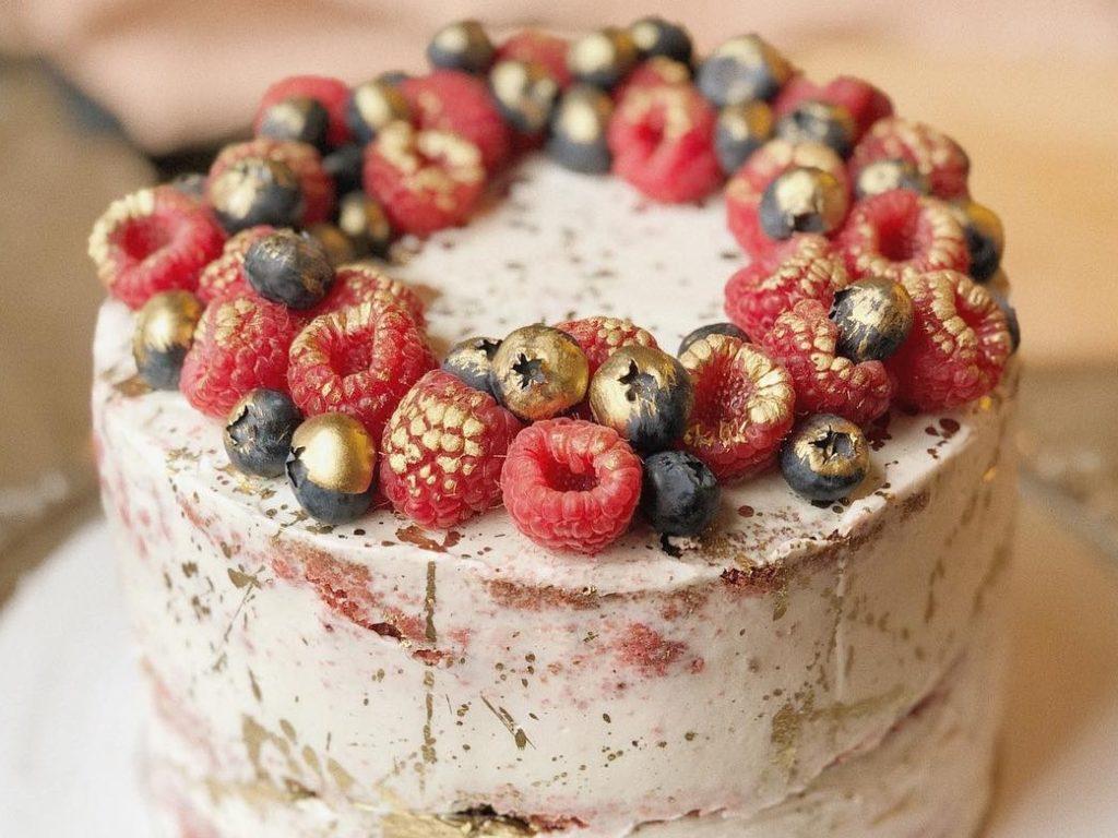 Как использовать кандурин в украшении тортов - окрасить ягоды - фото