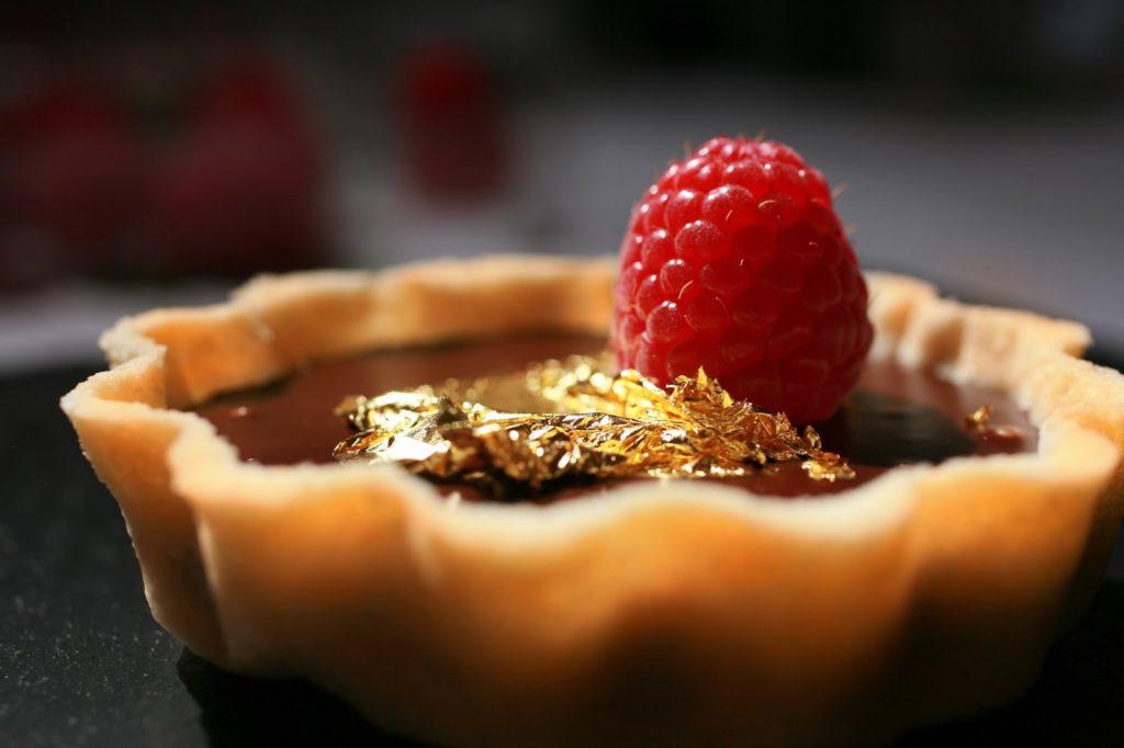 Как использовать золотую фольгу в кулинарии - хлопьями - фото