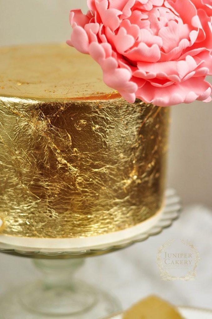 Как приклеить сусальное золото к торту - фото