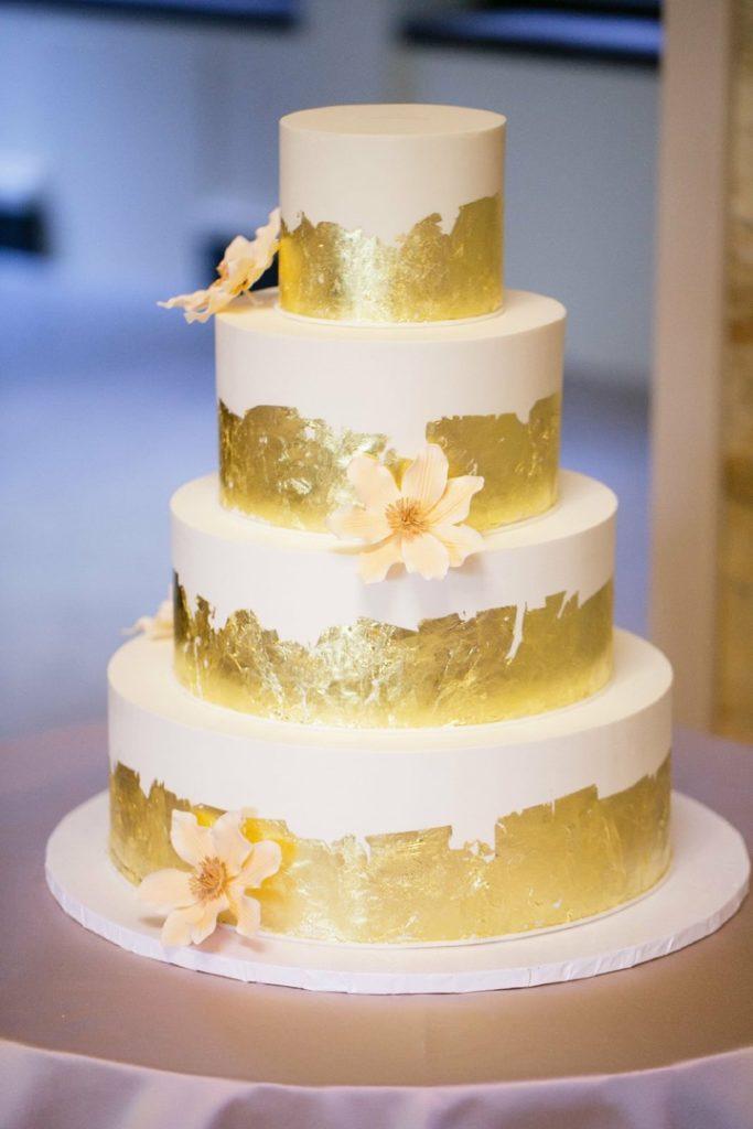 Как приклеить пищевое золото к торту - фото
