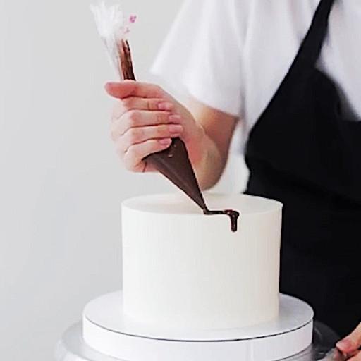 Как сделать шоколадные подтеки на торте - способ 1 - фото