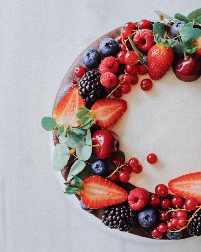 Украшение торта клубникой и другими ягодами - черная или красная смородина - фото