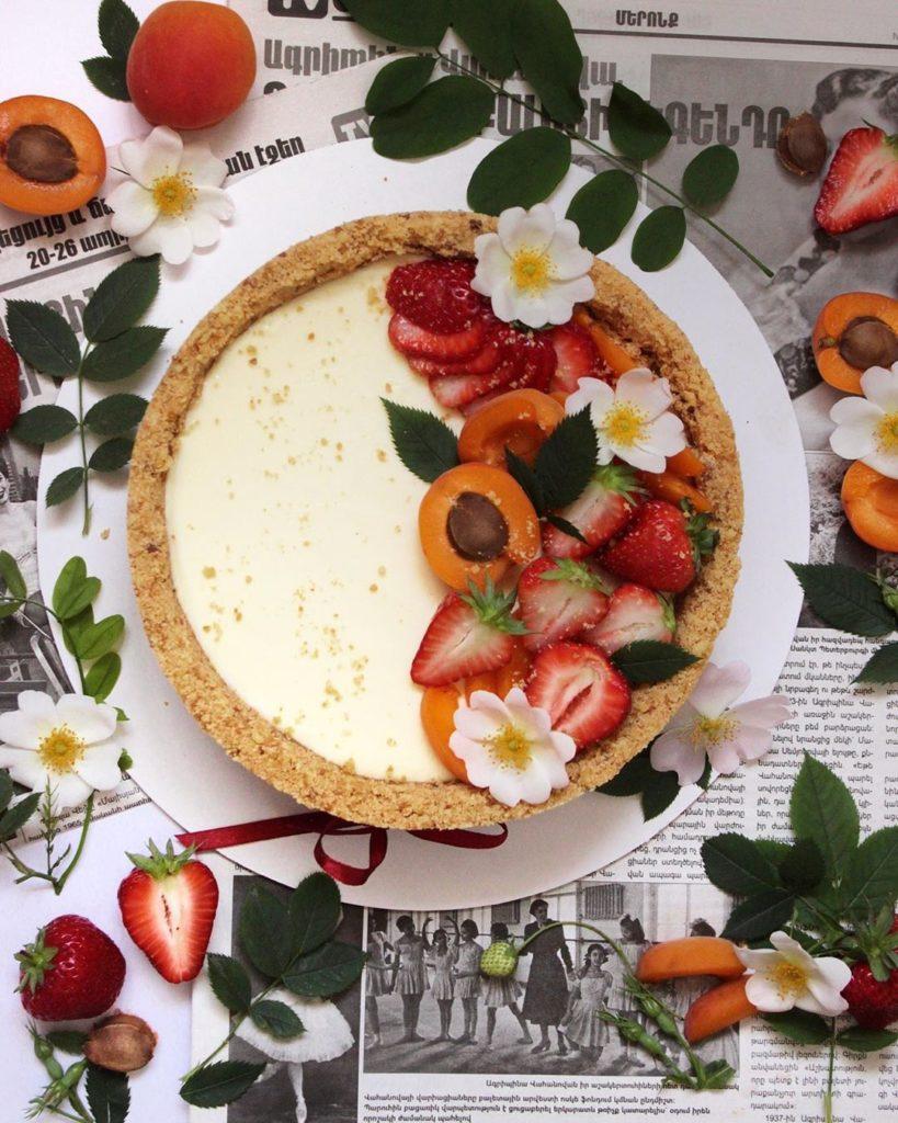 Украшение торта клубникой и фруктами - фото