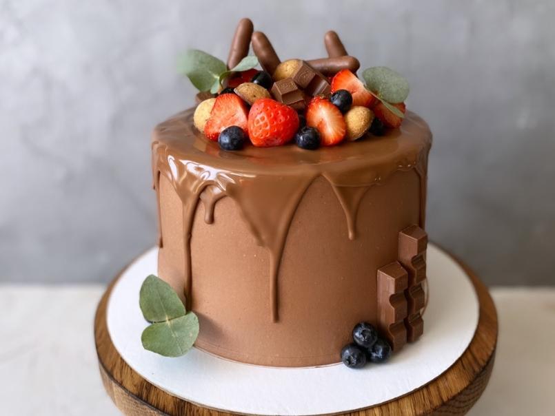 Украшение торта клубникой и сладостями - фото