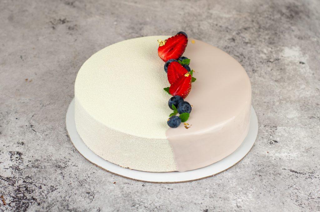 Украшение торта клубникой и другими ягодами - фото
