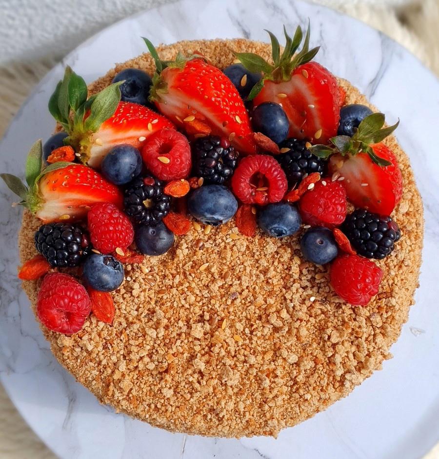 Украшение торта клубникой и другими ягодами - ежевика и малина - фото