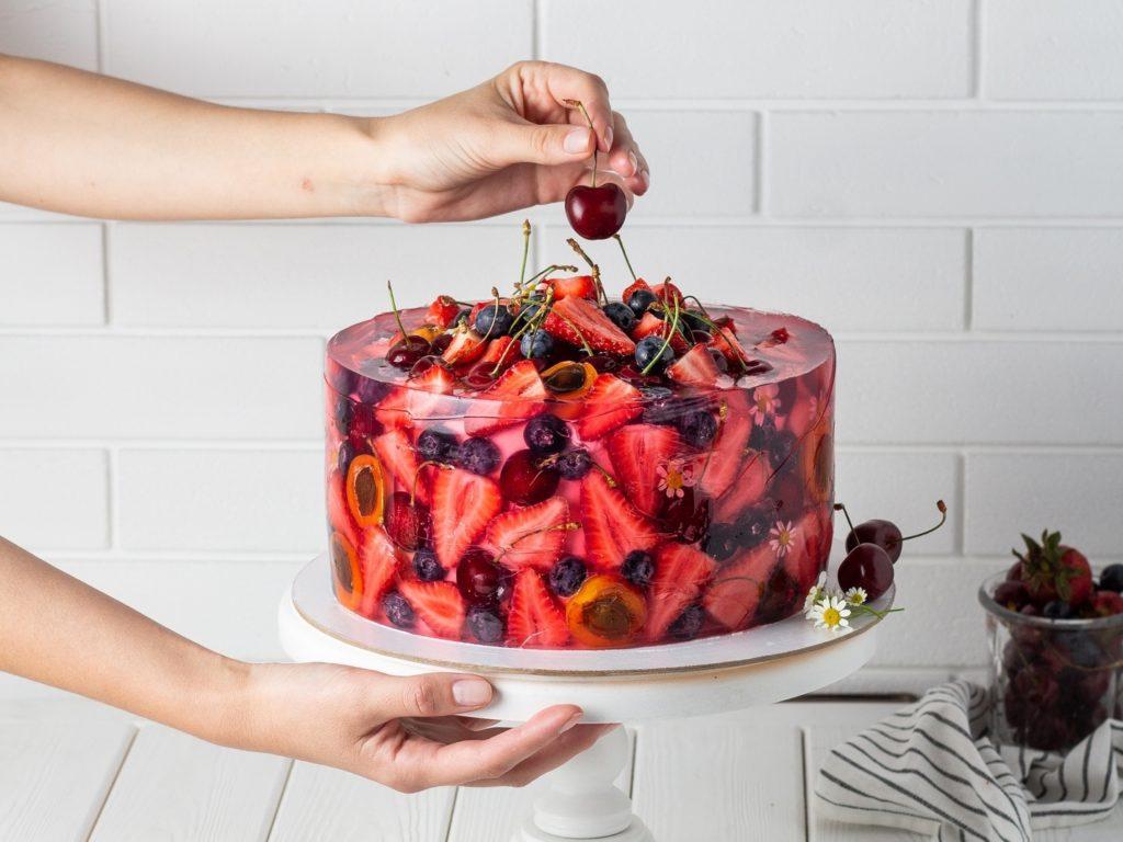 Как сохранить ягоды на торте свежими - с помощью меда - фото