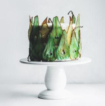 Украшение торта фруктами - фото