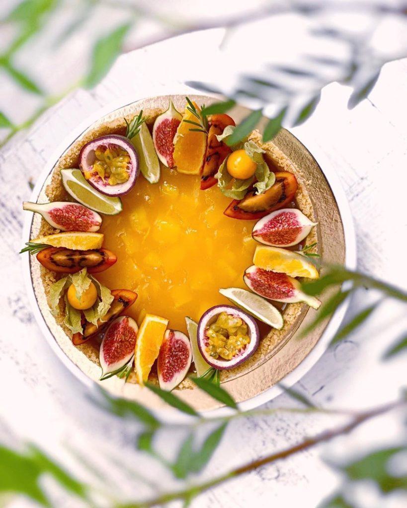 Как украсить торт фруктами  -  15 вариант - фото