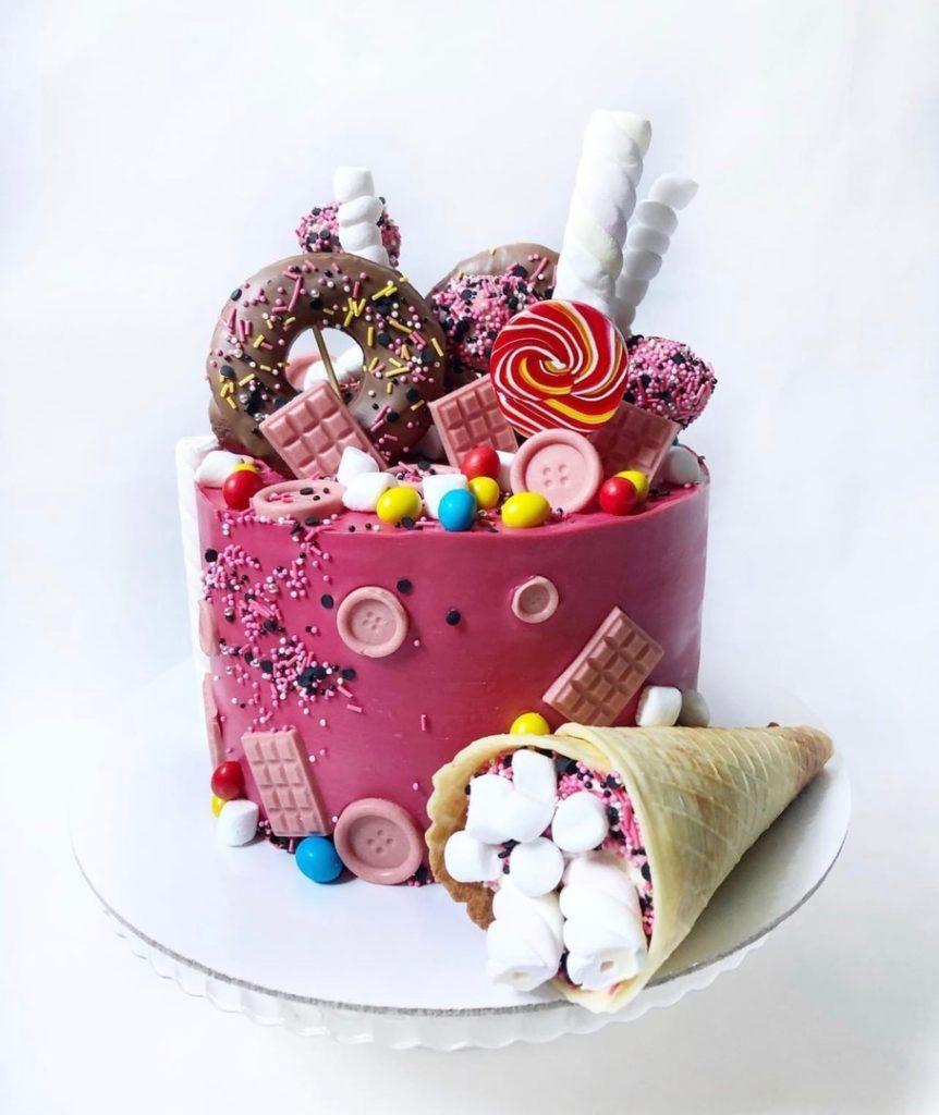 Как украсить торт маршмеллоу - с конфетами - фото