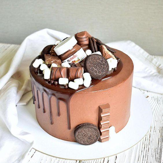 Как украсить торт маршмеллоу - с шоколадными элементами - фото