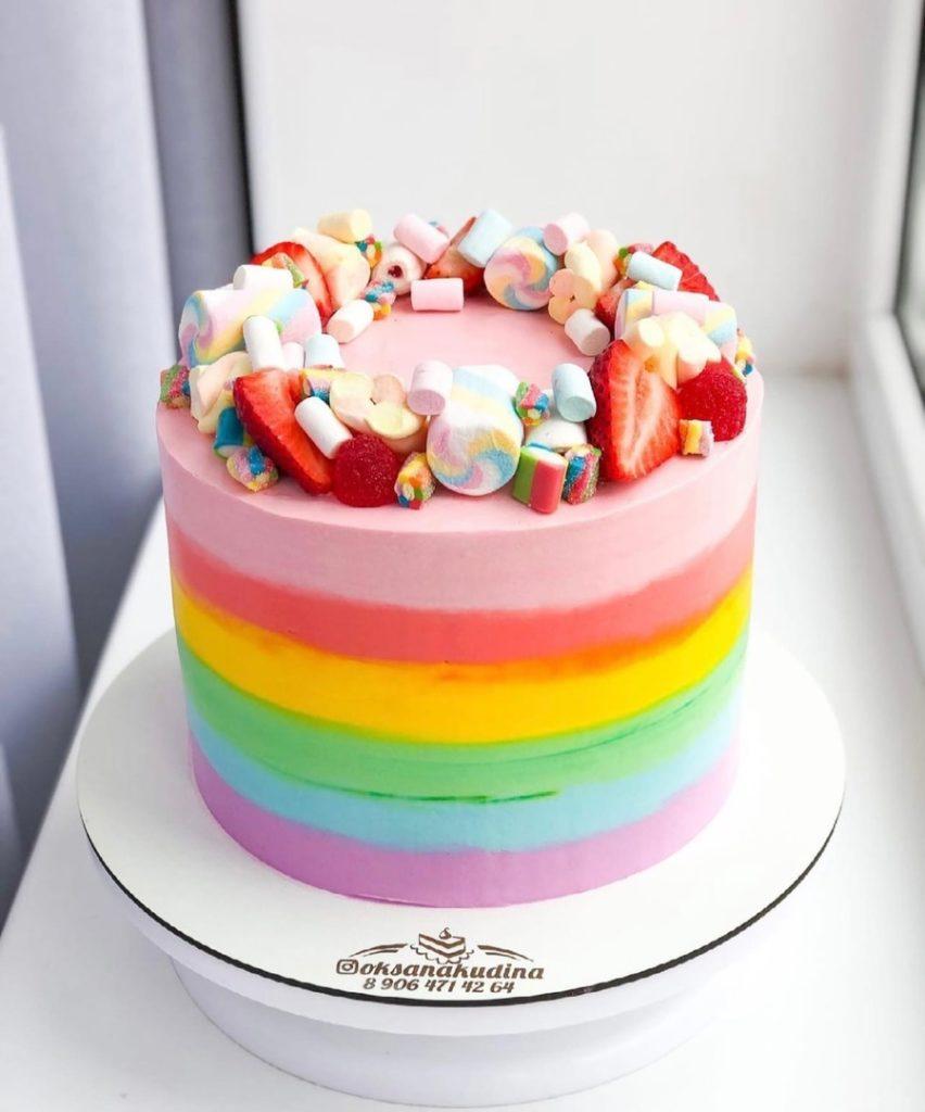 Как украсить торт маршмеллоу - с ягодами - фото