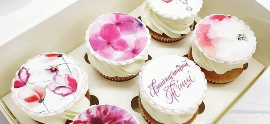 Как приклеить сахарную картинку на торт - фото