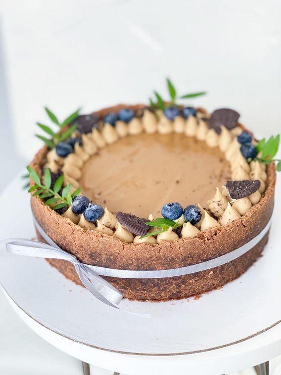 Как украсить торт голубикой - с печеньем Орео - фото