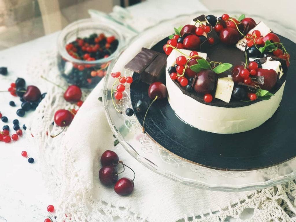 Как украсить торт вишней и черешней и смородиной - фото