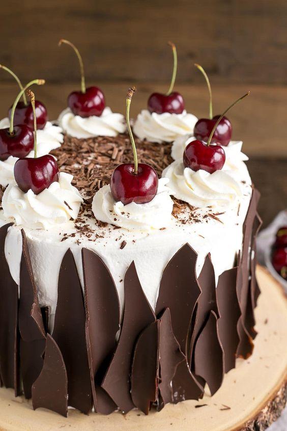 Как украсить торт вишней и шоколадом - фото