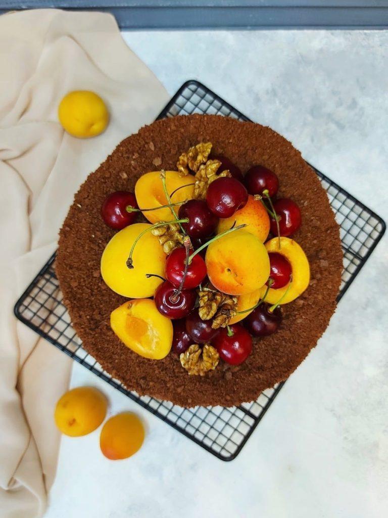 Как украсить торт вишней и черешней - с абрикосами - фото