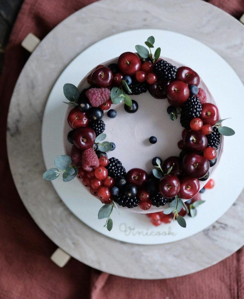 Как украсить торт вишней и черешней - венок из ягод - фото