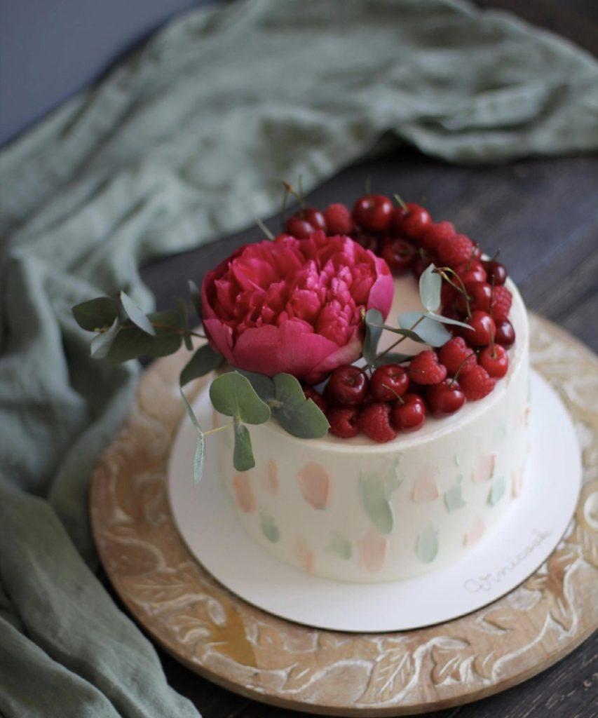 Как украсить торт вишней и черешней - с цветком - фото