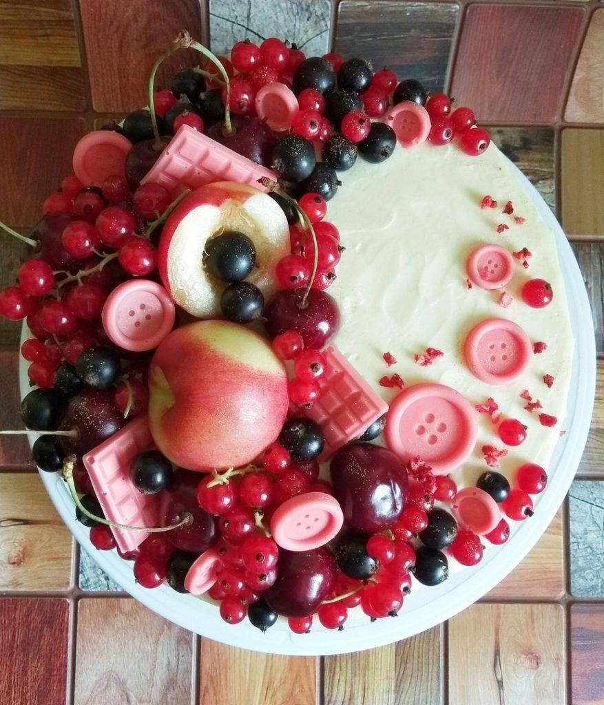 Идеи украшения торта смородиной- выложить полумесяцем - фото