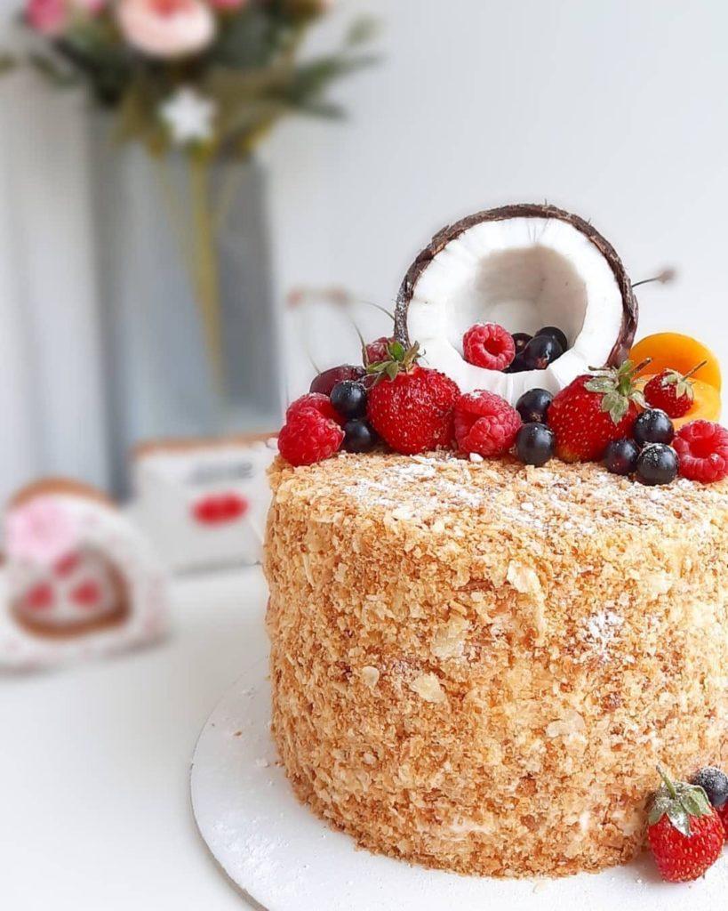 Идеи украшения торта смородиной- черная смородина - фото