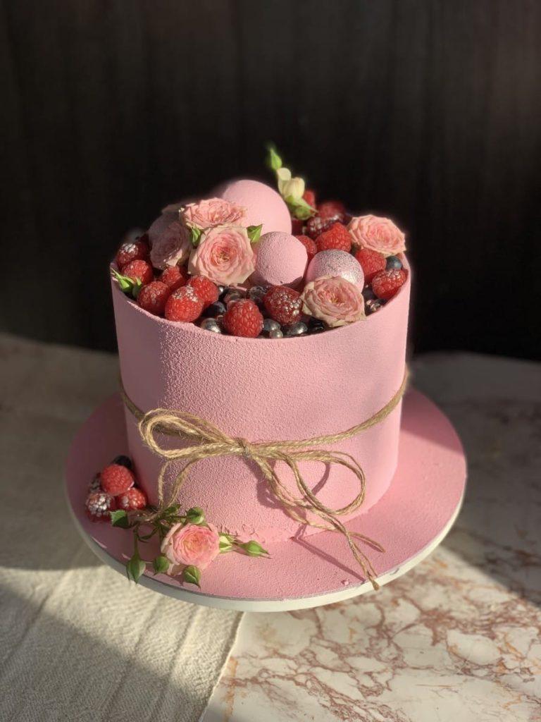 Как украсить торт малиной и ежевикой - фото
