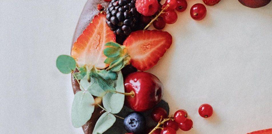 Как украсить торт малиной, ежевикой и черникой - фото