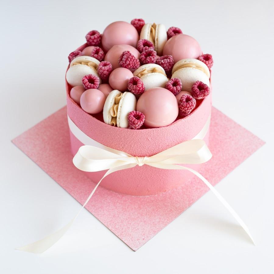 Сложный декор с ягодами и шоколадом - фото