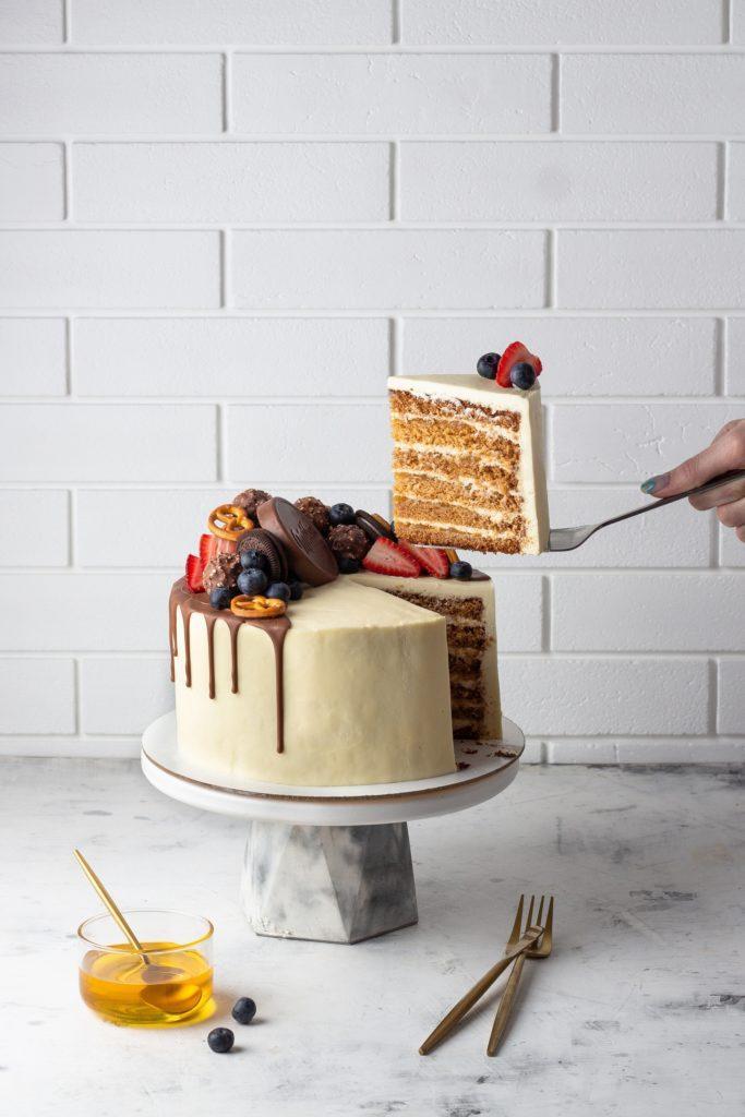 Как украсить торт печеньем - конфеты и ягоды - фото