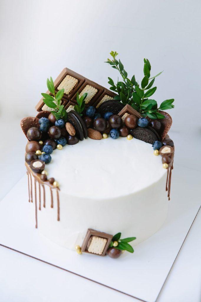 Как украсить торт печеньем - с драже - фото