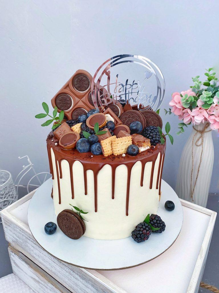 Как украсить торт печеньем - с большим количеством сладостей - фото