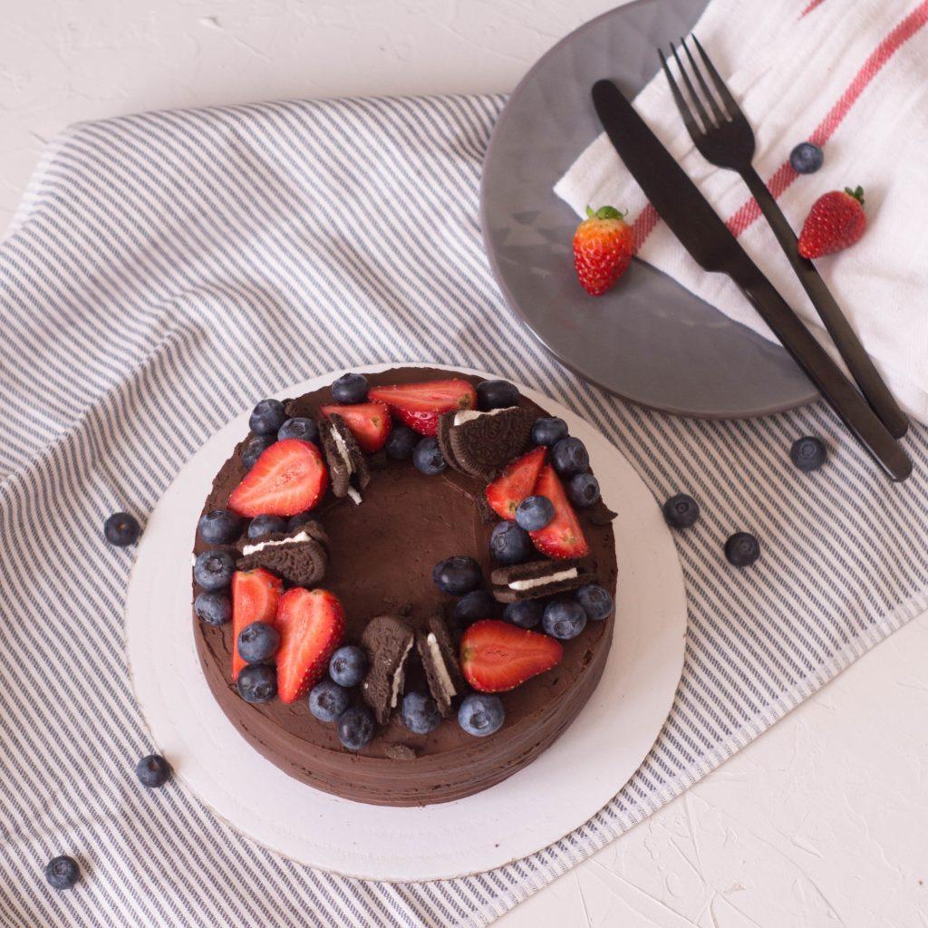 Как украсить торт печеньем - орео и ягоды - фото